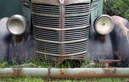 Oude verlaten vrachtwagen stock afbeeldingen