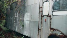 Oude verlaten vrachtwagen in het bos stock video