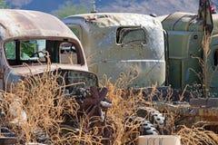 Oude verlaten vrachtwagens die zij aan zij in het autokerkhof zitten stock fotografie