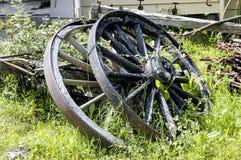 Oude verlaten wagenwielen royalty-vrije stock afbeeldingen