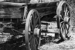 Oude verlaten zwart-witte wagen royalty-vrije stock afbeelding
