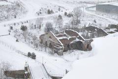 Oude vernietigde baksteen het inbouwen van de winter Hoogste mening, het gebouw zonder een dak van rode baksteen stock afbeelding