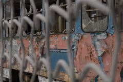 Oude vernietigde tram stock foto