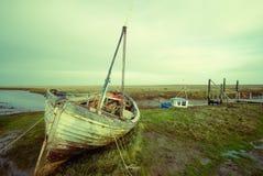 Oude veronachtzaamde boot in Thornham royalty-vrije stock foto