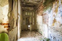 Oude veronachtzaamde en vernietigde binnenlandse ruimten een weinig lawaaierig effect voor groter drama royalty-vrije stock fotografie