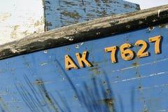 Oude verontruste doorstane houten blauwe boot stock foto