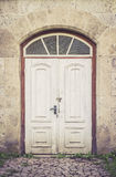 Oude verontruste witte deuren Royalty-vrije Stock Foto's