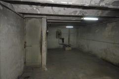 Oude verouderde ruimte in de kelderverdieping van een huis met stock foto