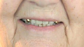 Oude verouderde vrouw de jaren '80 die met kunstgebits glimlachen stock footage