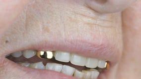 Oude verouderde vrouw de jaren '80 die met kunstgebits glimlachen stock video