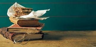 Oude versleten uitstekende boeken met sandwich stock fotografie