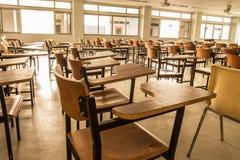 Oude verspreide stoelen in het klaslokaal Student Chair Royalty-vrije Stock Afbeeldingen