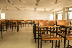 Oude verspreide stoelen in het klaslokaal Student Chair Royalty-vrije Stock Foto