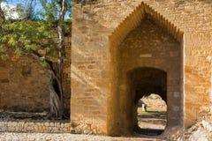 Oude versterkte muur en poort royalty-vrije stock foto