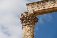 Oude verticale kolommen met kapitalen en lateibalk Stock Foto
