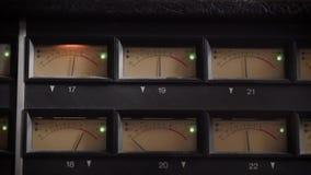 Oude vertoningen die van professionele analoge vu meter in een opnamestudio, en decibel meten tonen stock video