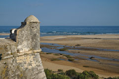 Oude vesting die toren en overzees bewaken Royalty-vrije Stock Fotografie