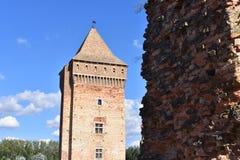 Oude vesting en zijn toren met hemel op de achtergrond stock foto's