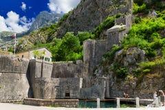 Oude vesting van Kotor, Montenegro in de Zomer Toren en muur, berg bij de achtergrond Stock Fotografie
