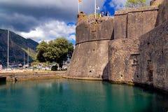 Oude vesting van Kotor, Montenegro in de Zomer Toren en muur, berg bij de achtergrond Royalty-vrije Stock Foto