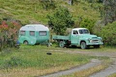 Oude vinatgekampeerauto en vrachtwagen Royalty-vrije Stock Afbeelding