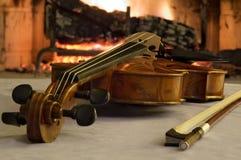 Oude viool door de open haard Royalty-vrije Stock Afbeeldingen