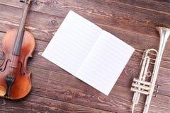 Oude viool, trompet en muzieknoten royalty-vrije stock foto