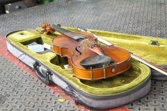 Oude viool van uitvoerders royalty-vrije stock fotografie