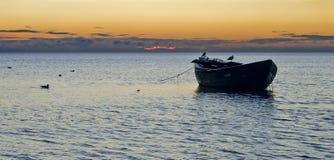 Oude vissersboot bij zonsopgang Stock Foto's