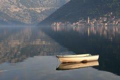 Oude vissersboot in de ochtendmist in de Baai van Kotor Royalty-vrije Stock Fotografie