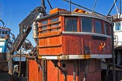 Oude vissersboot in haven royalty-vrije stock afbeeldingen