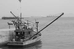 Oude vissersboot in het overzees Stock Foto