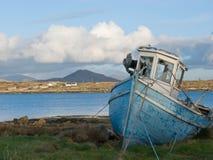 Oude vissersboot in Ierland Royalty-vrije Stock Afbeeldingen