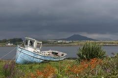 Oude vissersboot in Ierland Stock Afbeeldingen