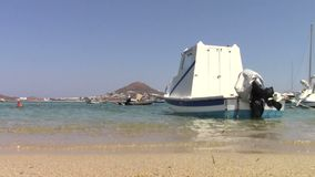 Oude vissersboot in Naxos-eiland stock video