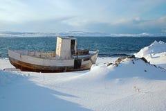 Oude vissersboot in noordelijk Noorwegen Stock Foto