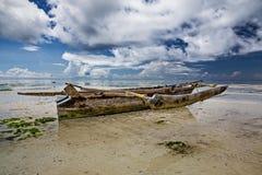 Oude vissersboot in ondiep water Mooie oceanfront met traditionele houten vissersboot royalty-vrije stock foto