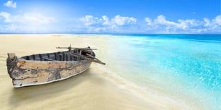Oude vissersboot op de kust Sandy Beach stock fotografie