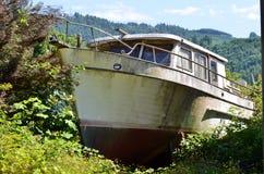 Oude vissersboot op droog land Royalty-vrije Stock Foto's