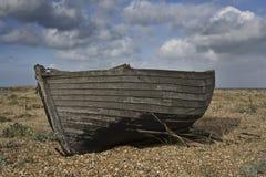 Oude vissersboot op het strand Stock Afbeelding