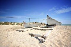 Oude vissersboot op overzeese kust Royalty-vrije Stock Afbeelding