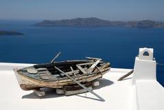 Oude vissersboot in Santorini Stock Foto's