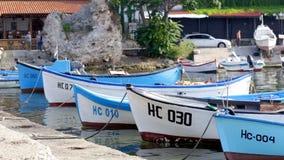 Oude Vissersboten bij concrete pijler stock footage