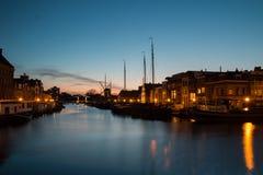 Oude vissersboten bij nacht in Leiden, Nederland Royalty-vrije Stock Foto's