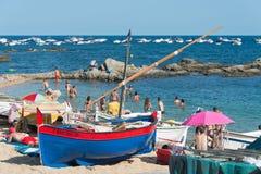 Oude vissersboten op Costa Brava-strand Royalty-vrije Stock Foto's