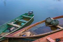 Oude vissersboten op het meer royalty-vrije stock afbeeldingen