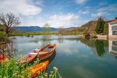 Oude vissersboten op het meer stock foto