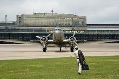 Oude vliegtuigen in Berlijn tempelhof stock foto's
