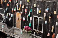Oude vlotters voor zeekreeft op de muur Royalty-vrije Stock Fotografie