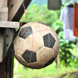 Oude voetbal op netto stock fotografie
